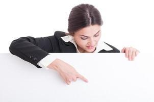 affärskvinna som pekar på vit tom kartong med kopieringsutrymme foto
