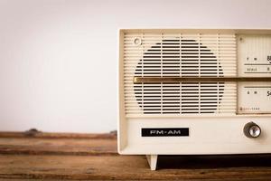 vintage beige radio sitter på träbord, med kopia utrymme foto