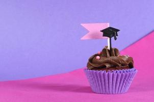examen dag rosa och lila party cupcake med kopia utrymme. foto