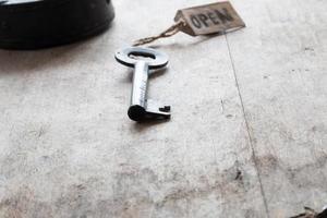 gammal nyckel och etikett öppen foto