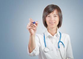 kvinnlig läkare skriver, copyspace foto