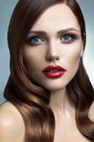 porträtt av vacker flicka med röda läppar. foto