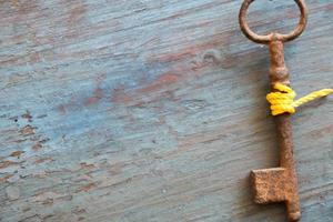 gammal nyckel på det gamla träbordet