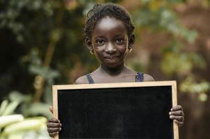 afrikansk flicka - kopieringsutrymme på svarta tavlan