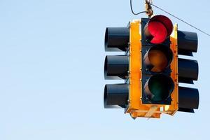 röd ljus trafik signal med kopia utrymme foto