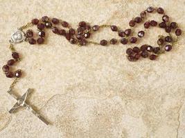 radband pärlor på sten med kopia utrymme foto