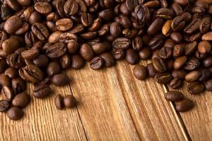 kaffebönor med kopia utrymme av trä textur foto