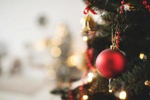 dekorerade julgran med leksak och kopieringsutrymme