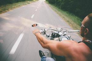 rörelsesuddighet foto av motorcyklist, kopieringsutrymme