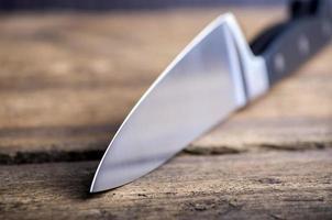 kniv på rustika köksbord med kopia utrymme foto