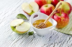 färska röda äpplen med honung. rosh hashana. kopiera utrymme foto