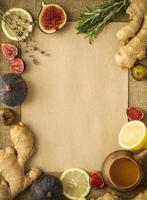 ingefära, citroner, honung och fikon med kopiautrymme foto