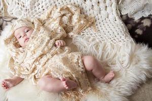 baby, klädd i vackra kläder foto