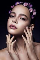 vacker flicka med violetta blommor. foto