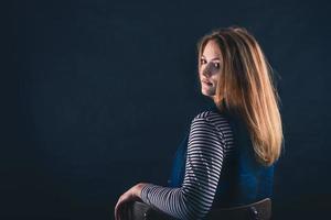 vacker tankeväckande flicka på nära håll i mörkret foto