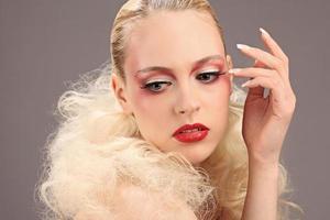 vacker kvinna med mode frisyr och glamour makeup, studio foto