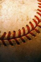 närbild av en gammal, begagnad baseball foto