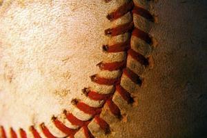 närbild av en gammal, riden ut baseboll foto