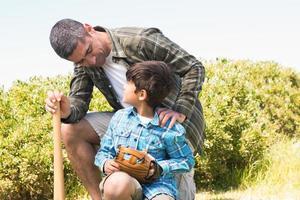 far och son på landsbygden foto