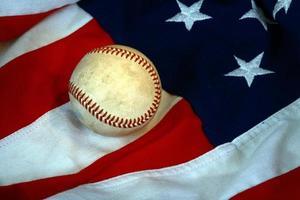 baseball och amerikanska flaggan foto
