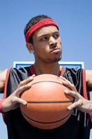 självsäker basketbollspelare foto