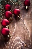 grupp röda julgranskulor och grengran på foto
