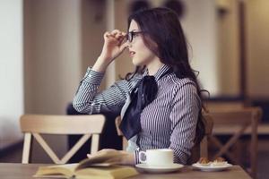 ung flicka med glasögon foto