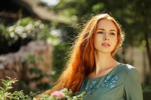 konst porträtt av vacker flicka med långt rött hår foto