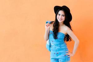vacker asiatisk flicka i parken foto