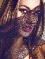 porträtt av vacker flicka med spets foto