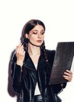 kvinna som tittar i spegeln och applicerar kosmetika foto