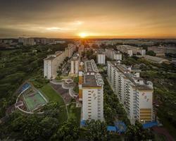 solnedgång över ang mo kio fastighetsfastigheter, Singapore foto