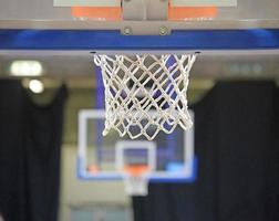 två korgar i basketplanen foto