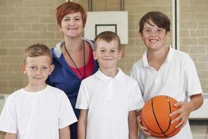 lärare med basketskolelag för pojkar foto