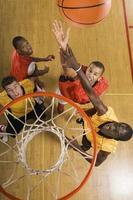 basketspelare som försöker smälla dunk bollen foto