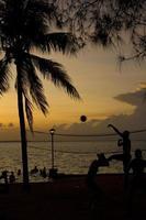 volleyboll, solnedgång på stranden foto