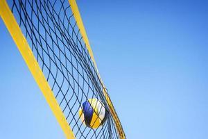 beachvolley bollen fångad i nätet foto