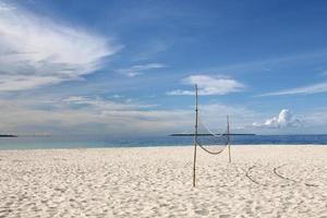 volleyboll på en tom strand foto
