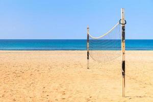 beachvolleyboll på sandstrand med hav foto