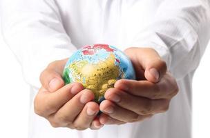 jorden i mänsklig hand foto