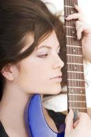 dam med en gitarr foto