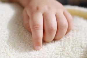 nyfött barnets hand foto