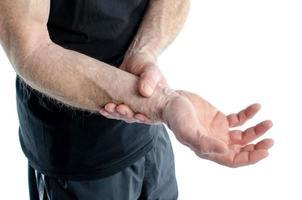 man med smärtsam handled