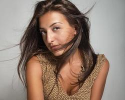 porträtt av en vacker ung kvinna på en grå bakgrund foto