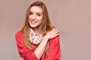 vacker flicka bär hängslen foto