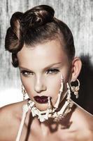 surrealistiskt modeporträtt av kvinnan foto