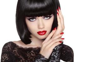 smink. manikurerade naglar. skönhet flicka porträtt. röda läppar.