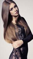 vacker flicka med mörkt hår