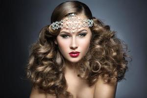 vacker kvinna med kvällsmink och lockar och stora smycken