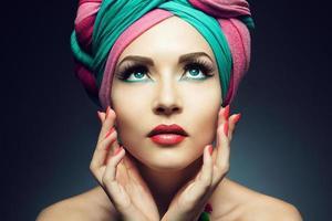 ung kvinna som bär en färgglad turban foto